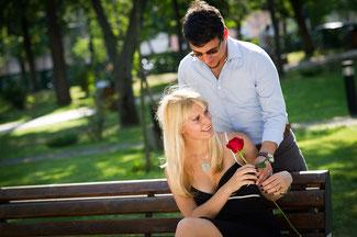 Heiratsantrag auf der Parkbank