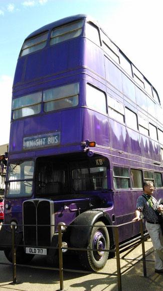 ロンドン名物、1960年代の2階建てダブルデッカーバスを改造した、3階建ての「ナイトバス」(Knight Bus 騎士のバス)うまいね~。
