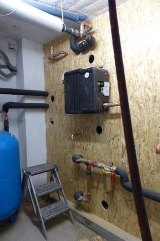 Druckstabile Wand vor den Kesseln, mit Einblasbohrungen zum Einblasen der Zellulose-Dämmung