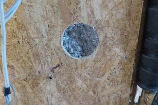 Einblasbohrung für Einblasdämmstoff, diese kann mit konischen Korken verschlossen werden