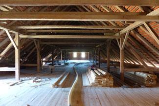 Bei diesem Objekt wurde die Gewölbedecke, also der Boden im Dachraum mit Einblasdämmung gedämmt