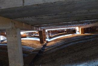 Gewölbedecke mit Holzboden vor dem Einblasen des Holzfaser- und Zellulose-Dämmstoffes
