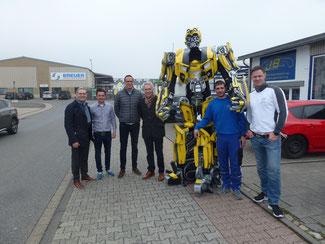 Von links: Heinz Herten, Sebastian Drucks, Daniel Cremer, Bürgermeister Goebbels,   Transformerdarsteller Torsten Modschink, Marcel Joeken, Rüdiger Krafft