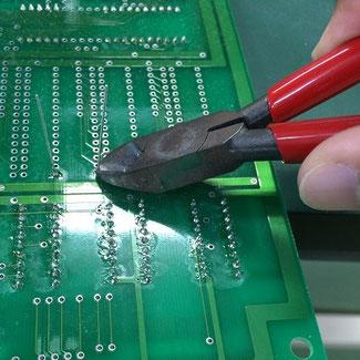 ニッパーで部品の余剰リードを切断します。