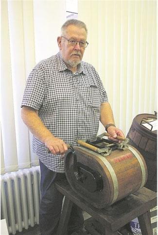 Immer fleißig kurbeln: Museumsleiter Karl Hampel bedient das Miele D 5 Butterfass.