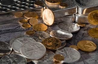 Sortierte Gold- und Silbermünzen