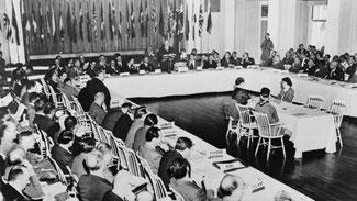 Die Bretton Woods Conference, Juli 1944: Gründung des Internationalen Währungsfonds (IWF) und der Internationalen Bank für Wiederaufbau und Entwicklung