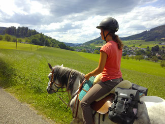 Esther mit Sarah auf dem Schlussritt auf den Stierenberg