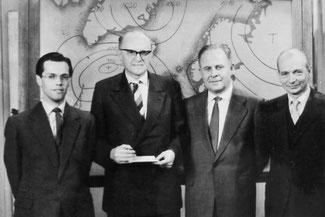 """Das Team der """"Fernseh-Wettervorhersage"""" im Studio 1958. V.l.n.r.: Hr. Schulz, Hr. Dr. Runge, Hr. Dr. Kühne, Hr. Barth"""