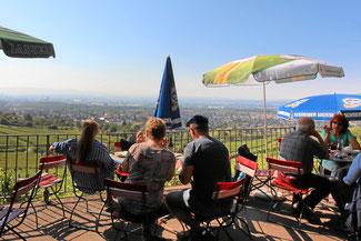 Ausblick vom Gartenrestaurant auf die Weinberge. Weil am Rhein, Schweiz und Frankreich.