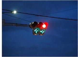 深夜は青信号でも交差交通を警戒しよう