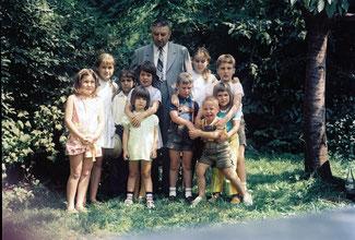 Aufnahme 1972: Der Vater meiner Mutter im Kreise seiner damals lebenden Enkelkinder