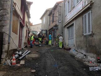 Cette image représente la rue Majou en travaux, ancienne rue principale de la cité médiévale et épiscopale de Saint-Bertrand-de-Comminges