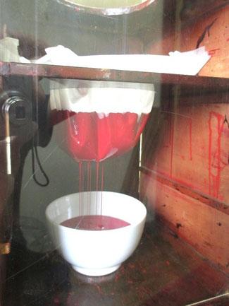 垂れ漉し器で漆を漉す