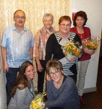 Die Jubilaren: Markus Steiner, Käthy Muff, Helga Ryffel, Gisela Debrunner und Maja Ryser (vorne rechts) mit der neuen Samariterlehrerin Jennifer Ott (vorne links)