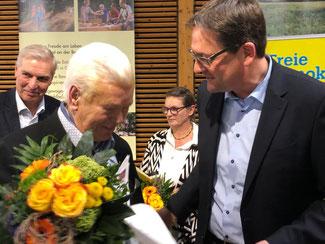 Ulf Schlüter wird für 60-jährige Parteimitgliedschaft von Markus Herbrand, MdB geehrt