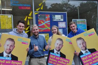 Thomas Müller mit den Mitstreitern der Jungen Liberalen vor der Kreisgeschäftsstelle der FDP