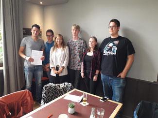 Die Delegierten des neuen Ring politischer Jugend-Rats mit unterschriebener Satzung