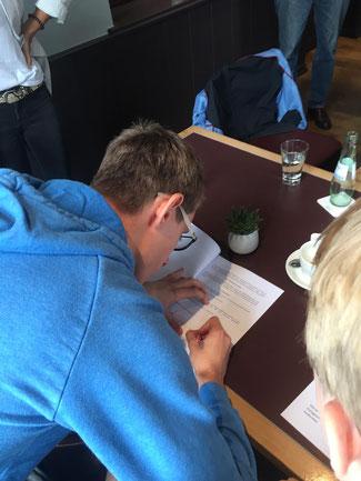 JuLi-Vertreter im RpJ-Rat Sven Rollinger beim unterschreiben der Satzung