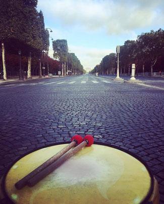 Surdo sur les Champs Elysées