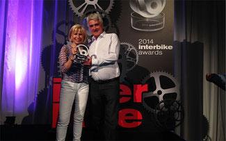 Susanne Puello und René Takens freuen sich über eine weitere Auszeichnung für die erfolgreiche XDURO Linie von Haibike © Haibike