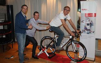 Weltmeisterliche Schubkraft: Oskar Camenzind unterstützt Alex Zülle beim App-Test (links: Josef Bernhart/EURAC) ©Josef Bernhart