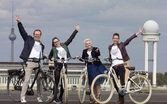 Gemeinsam mit Moderator Wolfgang Lippert testeten Yvonne, Elsa und Natalie von Elaiza das Tempelhofer Flugfeld © Kai Bublitz