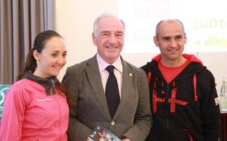 Geschätzt: Eva Lechner mit (v.l.n.r.) FCI-Präsident Antonio Lazzarotto und National-Coach und Ex-Weltmeister Hubert Pallhuber © FCI