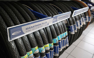 Helles Licht für schwarze Reifen: LED-Leuchten sorgen für Lichtblicke im Schwalbe Shop © Schwalbe