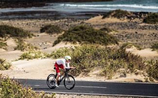 Volle (Muskel-)Kraft voraus – speziell für Rennradler gibt es auf Lanzarote sechs ausgewiesene Strecken © Diego Santamarí, Santa Fotografía