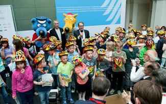 Die fröhlich-bunten Limar-Helme prägten die Pressekonferenz ©Limar