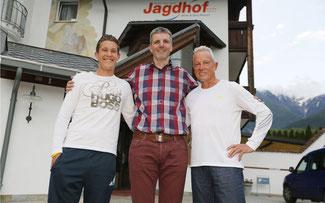 Vor einem Jahr beim Giro in Latsch: Didi Thurau mit seinem jüngsten Sohn Urs (l.) und Gastgeber Martin Pirhofer (m.) © Sabine Jacob