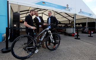 Vor dem Rennen übergaben Bantle (m.) und Plötzner (r.) ein Bulls E-Bike mit Brose-Antrieb an Heidfeld (l.) © Brose Antriebstechnik