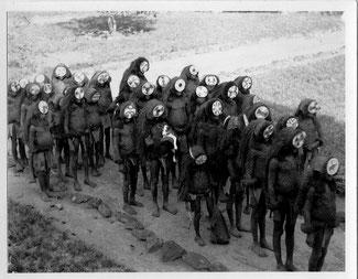 Ragazzi che ritornano dalla lora iniziazione nella Poro, 1936. Foto di Sjoerd Hofstra