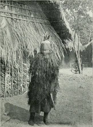 Danzatrice che indossa la maschera Sowei con stivali di foggia europea che venivano indossati ad inizio del XX secolo come segno di potere