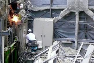 解体現場の電気設備
