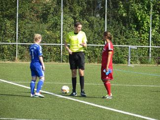 Pia Kielmann (links) kurz vor dem Anpfiff zur Oberliga.