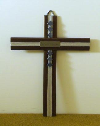 Ausdrucksstarkes Holzkreuz mit christlichem Vers