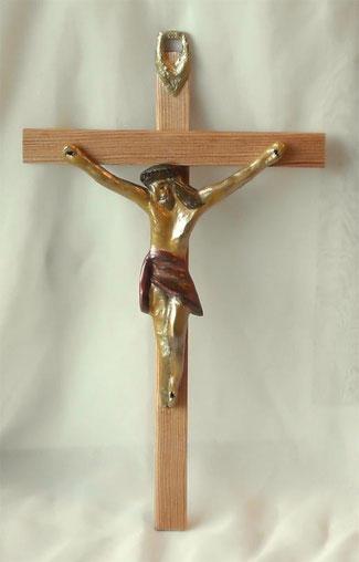 Kruzifix aus Holz mit Jesus Christus im antiken Stil