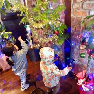 クリスマスイルミネーションにニコニコする子どもたち
