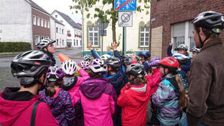 Frau Korsten erklärt uns, wie wir sicher über die Kreuzung kommen.