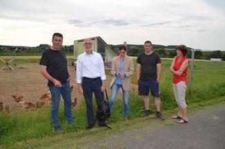 Christina Steinhausen und Jürgen Preuß besuchten in Oedingen den Kernbachhof von Familie Weber. Die FDP-Stadtratsmitglieder bestaunten die Eierhütte und die Hühner-Wiese mit Hähnen.