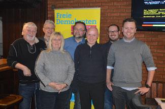 Der FDP-Kreisvorsitzende Ulrich van Bebber (3. von rechts) und der Kreisgeschäftsführer David Jacobs (2. von rechts) freuen sich über die erfolgreiche Aufstellung der Kandidatenliste der FDP für den Gemeinderat Niederzissen