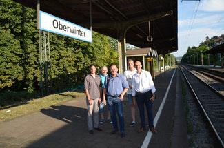 Die Liberalen Christina Steinhausen (links), Jürgen Preuß (rechts) und Jens Huhn (2. v. r.) ließen sich von Vertretern der Bürgerinitiative Bahnhof Oberwinter Ingo Konrads (3. v. l.) und Siegfried Wohlfahrt (2. v. l.) auf den neuesten Stand bringen.