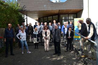 Pause zum Durchlüften beim Kreisparteitag vor der Tür der Hocheifelhalle, zu dem der FDP-Kreisvorsitzende Ulrich van Bebber nach Adenau eingeladen hatte.