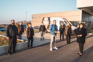 Daniela Schmitt (rechts) wurde zusammen mit den FDP-Vertretern (von rechts) Ulrich van Bebber, Stefan Gros, Landtagskandidat Martin Thormann und Daniel Ritzdorf von (von links) Stefan Schiele, Johannes Bell und Birgit Gros und begrüßt.