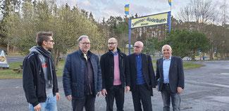 Karl-Heinz Kreuzberg (2. von links) diskutiert mit (von rechts) Berthold Phiesel, Ulrich van Bebber, Sebastian Czernik und Peter Marquardt die Perspektiven der Sommerrodelbahn.