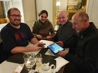 Die Vertreter der FDP im Kreistag Ahrweiler (von links) David Jacobs, Ulrich van Bebber und Dominik Graf von Spee analysieren zusammen mit der Kreisbeigeordneten Christina Steinhausen die neue Imagekampagne des Kreises AW-Stark