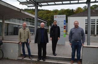 Die FDP-Vertreter im Kreistag Ahrweiler begrüßen die Coronavorsorge an den kreiseigenen Schulen (hier vor dem Are-Gymnasium)