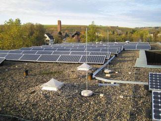 Auf allen kreiseigenen Gebäuden befinden sich Solaranlagen mit einer Fläche von fast 8000 Quadratmetern. Sie produzierten im vergangenen Jahr rund 671.000 Kilowattstunden Strom. Dies entspricht dem Bedarf von etwa 130 Einfamilienhäusern.